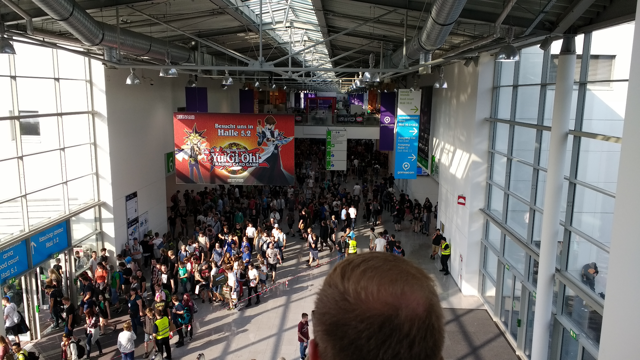 Boulevard der Kölnmesse mit vielen Menschen