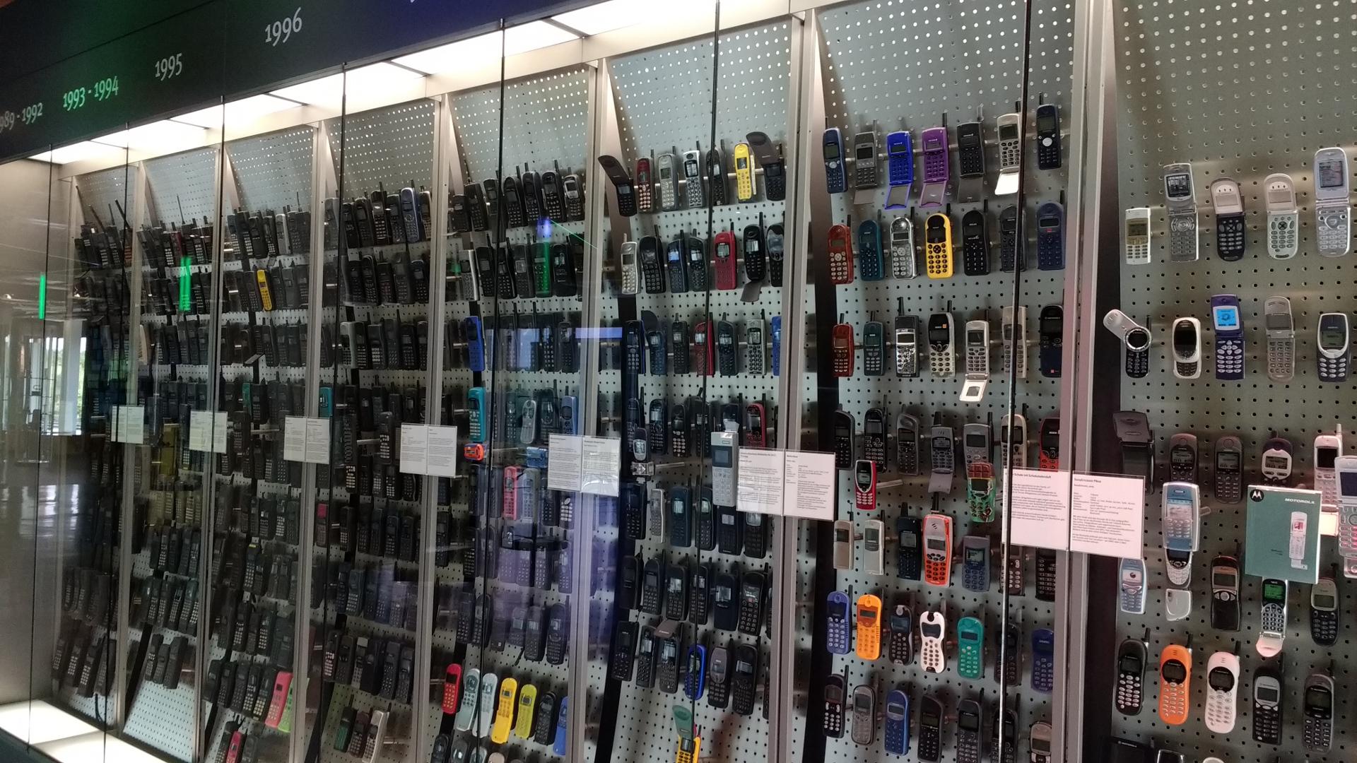 Wand mit zahlreichen Handys von 1989 bis heute