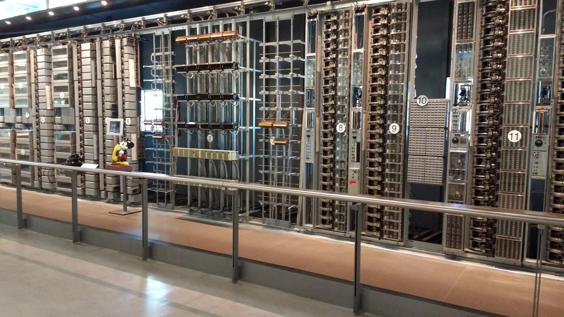 Wand mit mechanischer Telefonanlage